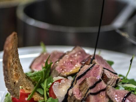 Rucola-Tomaten-Salat mit Parmesan und Fleisch