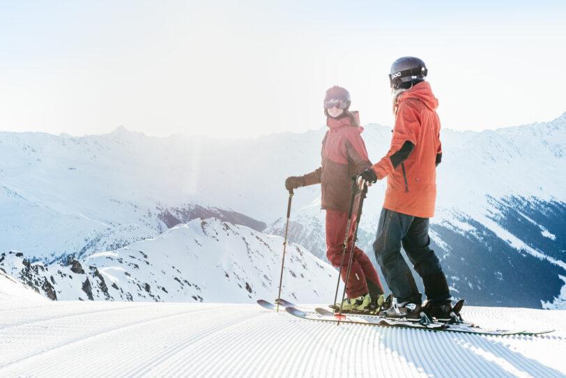Skifahrer geniessen die Aussicht, Davos Klosters Mountains